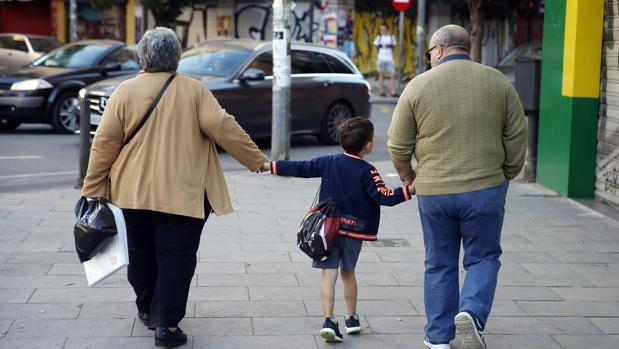 Investigan el «uso abusivo» de la retirada de menores a los padres por parte de la Junta de Andalucía
